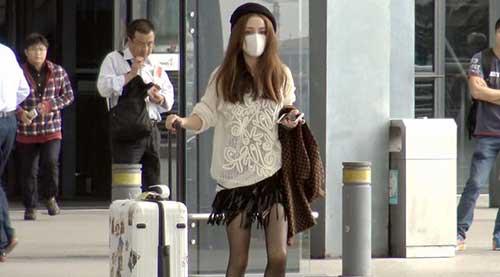 姚笛机场穿黑丝秀美腿 蒙面示人眼神警惕