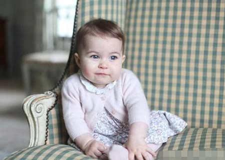 英国皇室首曝小公主正面照